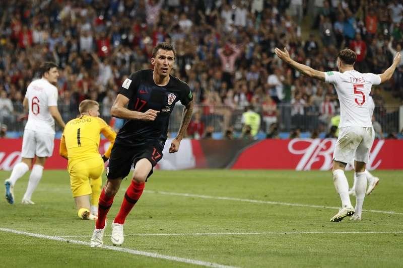 克羅埃西亞靠著曼祖基奇(前)在延長賽的進球,以2比1逆轉英格蘭,挺進隊史第一次的世足決賽。 (美聯社)