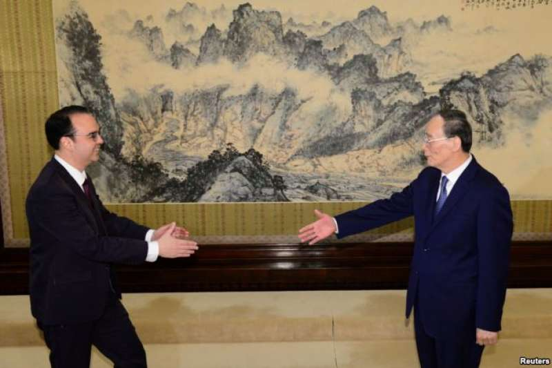 2018年3月23日,菲律賓外交部長艾倫彼得卡耶塔諾(左)與中國國家副主席王岐山在北京中南海會面。(美國之音)