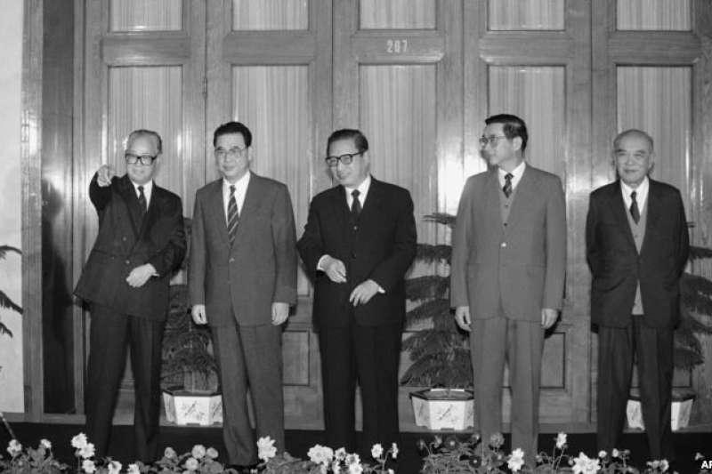 中共中央13屆政治局常委亮相,左起:趙紫陽、李鵬、喬石、胡啟立、姚依林(1987年11月2日)。王岐山是姚依林的女婿。(美國之音)