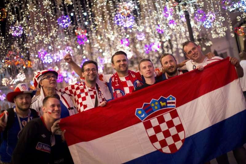 作者認為,或許克羅埃西亞這次在世足在中不畏強權的戰鬥意志,才是給台灣最大的啟示。圖為克隊贏球後球迷欣喜若狂(AP)
