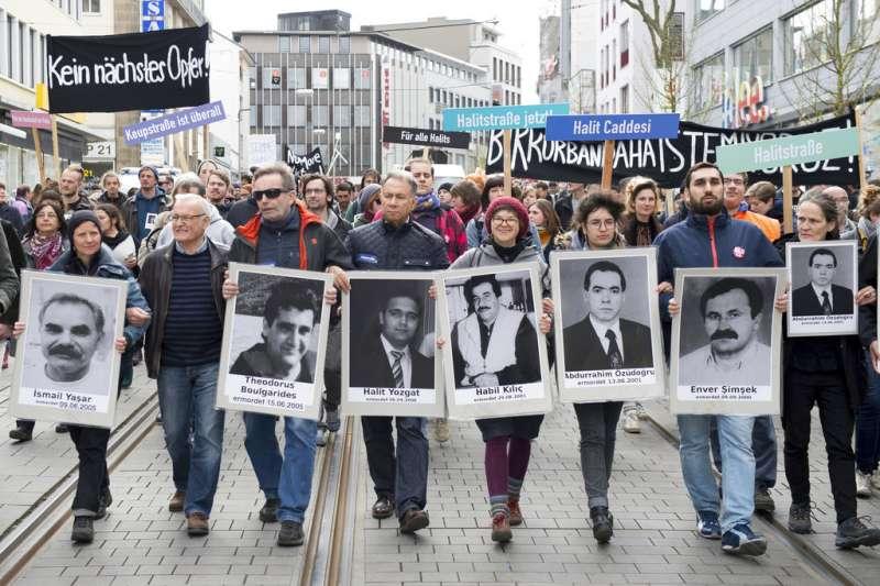 2017年4月6日,德國民眾上街抗議警方辦案不利,以及新納粹主義恐怖組織「地下國社」逍遙法外。(AP)