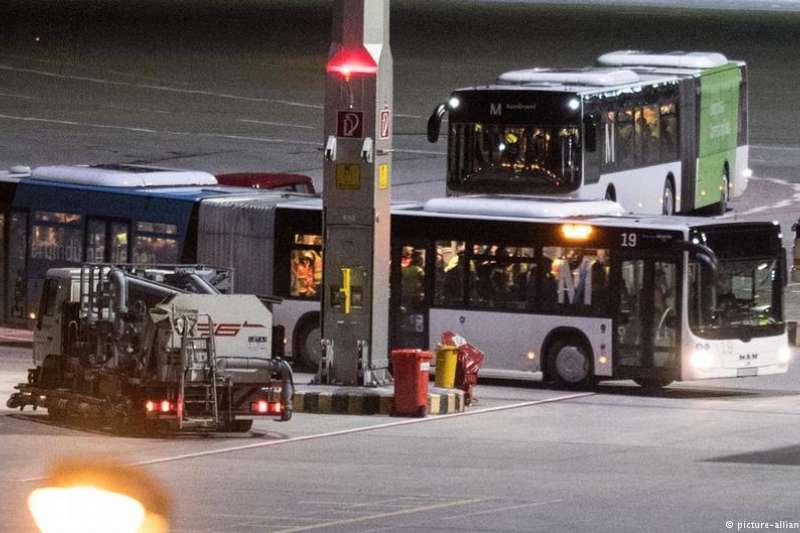 慕尼黑機場遣返難民的巴士。(德國之聲)