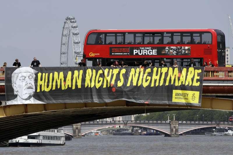 英國倫敦市區掛上布條寫著:川普是人權夢靨(AP)
