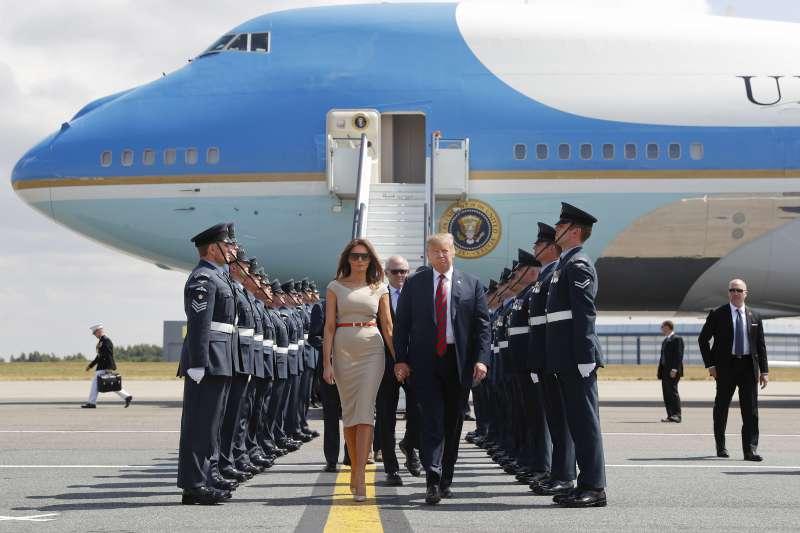 美國總統川普與第一夫人梅蘭妮亞到訪英國(AP)