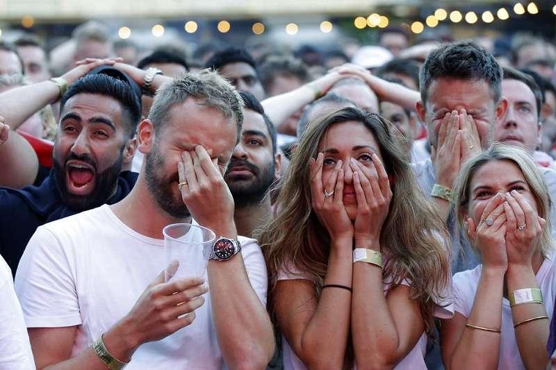 英格蘭球迷在輸球後不願意離場,在球場高歌《別抱恨往回看》。(美聯社)
