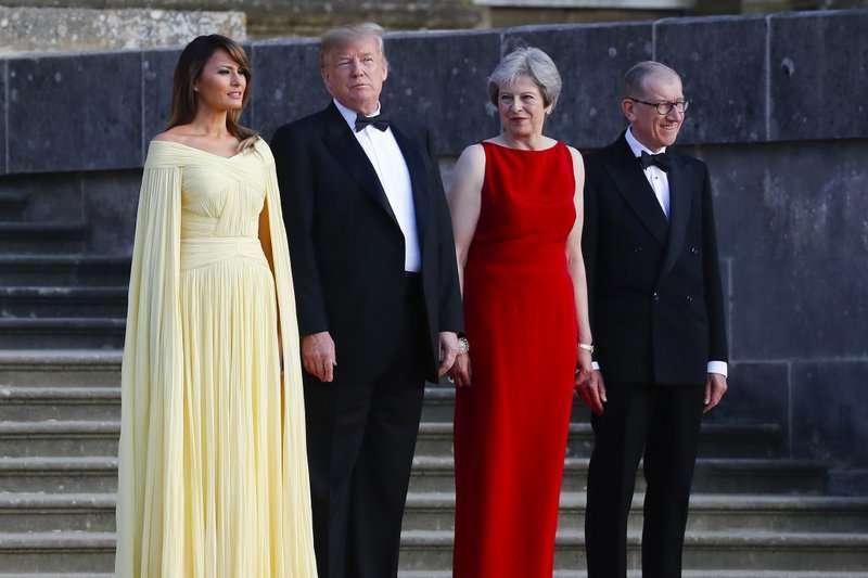 2018年7月12日,美國總統川普夫婦上任後首訪英國,英國首相梅伊特地在布倫海姆宮舉行晚宴款待。 (AP)