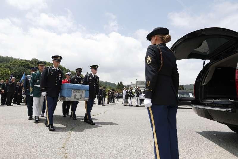南韓13日在南韓國家公墓舉行儀,歸還韓戰美國士兵遺骸。(美聯社)