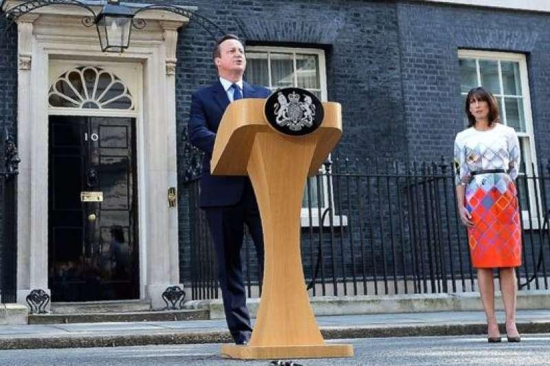 2016年6月24日,前首相卡麥隆在脫歐公投結果出來後兌現自己的承諾,宣佈辭職。(BBC中文網)