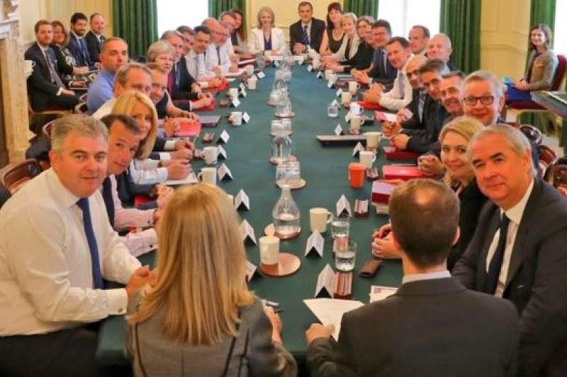 首相府說,新內閣首次會議富有成果。(BBC中文網)