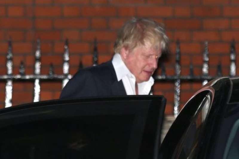 強森7月9日離開倫敦市中心的 外相官邸,神色凝重。(BBC中文網)