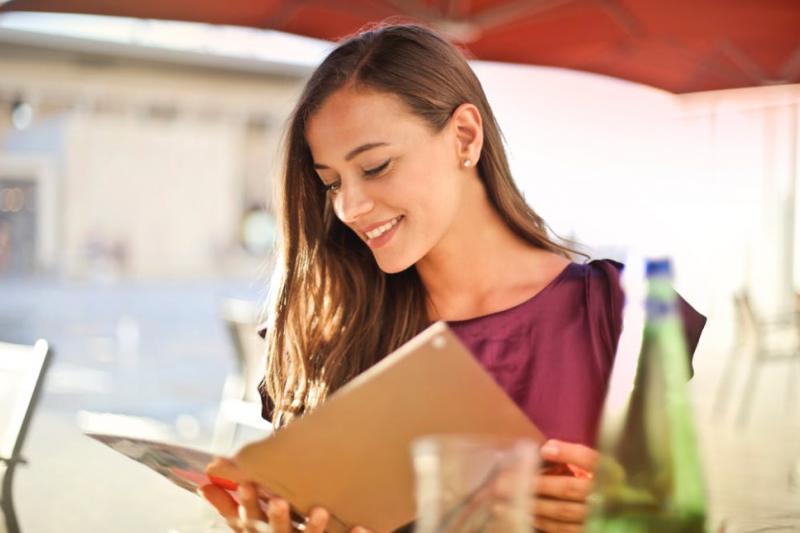 出國旅遊卻連怎麼點餐都不會說嗎?英語教師教你七大實用句型,讓你輕輕鬆鬆點餐、開心享用美食!(圖/取自unsplash)