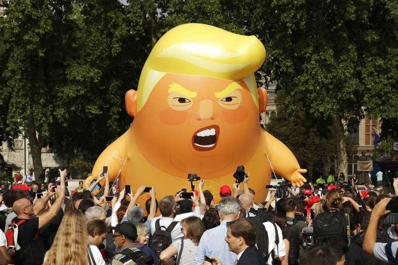 2018年7月13日,川普巨嬰氣球飛上英國首都倫敦的天空。(AP)