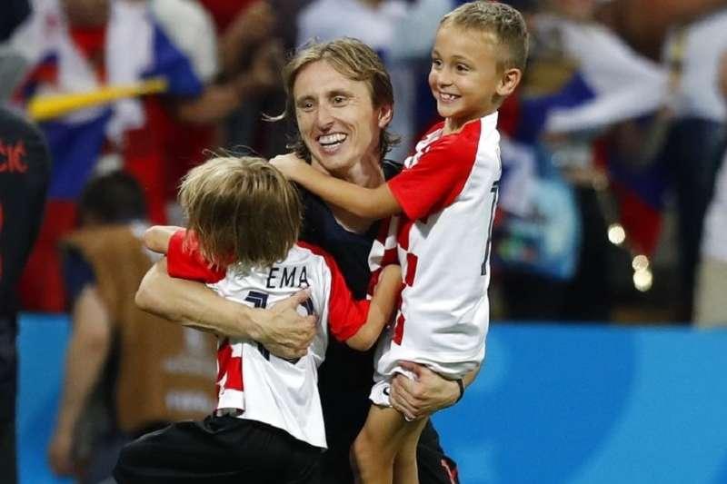 克羅埃西亞莫德里奇(中)賽後與兩個小孩同歡。(美聯社)