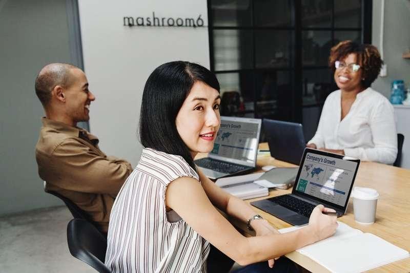 曾在美國零售業龍頭公司實習多年的Fay,教你如何破除美國職場溝通障礙!此為示意圖,非本人。(圖/rawpixel.com@pexels)