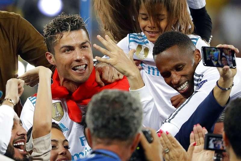 西班牙財政部警告C羅(左),逃稅案不會因為改往義大利踢球而結束。(美聯社)