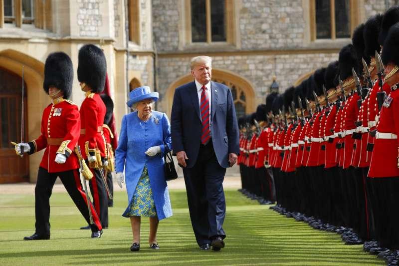 2018年7月13日,英國女王接見川普。(AP)