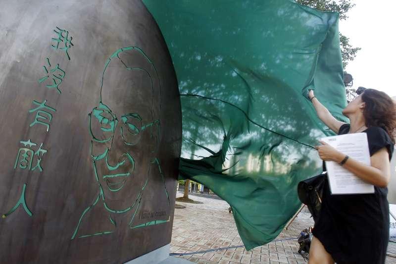2018年7月13日,中國諾貝爾和平獎得主劉曉波逝世一周年,前天安門學運領袖吾爾開希在台北市政府前公園豎立劉曉波紀念雕塑(AP)