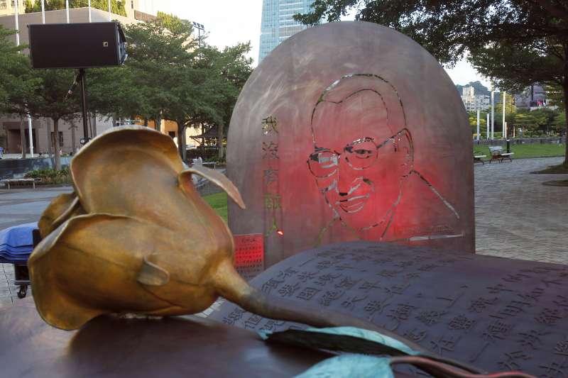 劉曉波紀念雕塑為3件1組,上面烙印劉曉波生前名言:「我沒有敵人」。(AP)