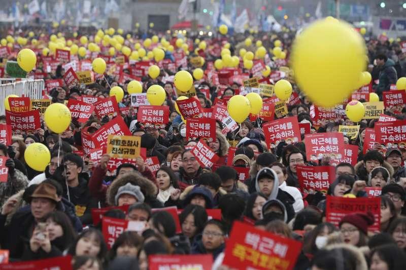2016年10月南韓首爾數十萬民眾舉行燭光集會,要求總統朴槿惠下台。(美聯社)