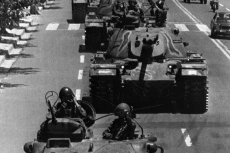 1980年掌握軍權的陸軍中將全斗煥擴大戒嚴,並在光州對抗議他政權的民眾血腥鎮壓。(美聯社)