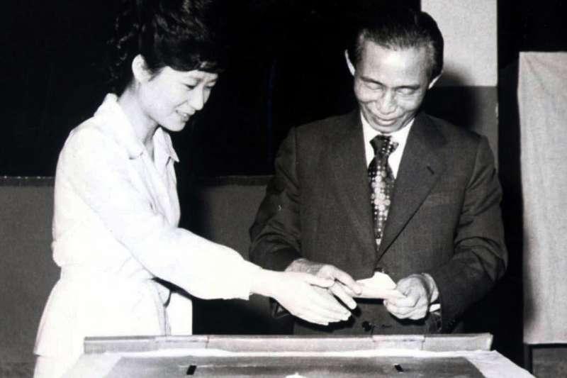 朴槿惠與他的父親朴正熙。(美聯社)