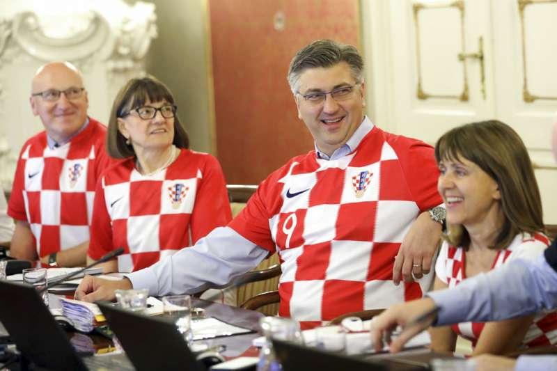 2018年7月12日,克羅埃西亞內閣全穿上格子軍團球衣,為國家隊加油。(AP)