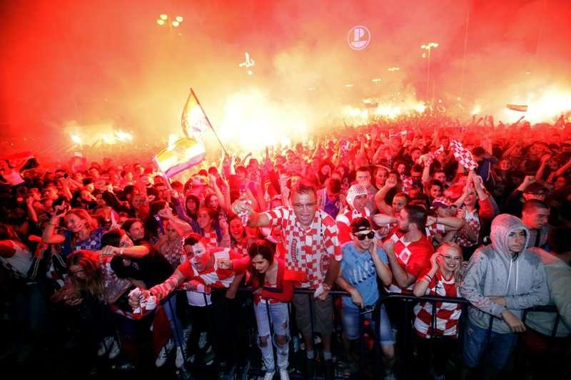 2018年7月11日,克羅埃西亞擊敗英格蘭進入冠軍賽,克國球迷大肆慶祝。(AP)