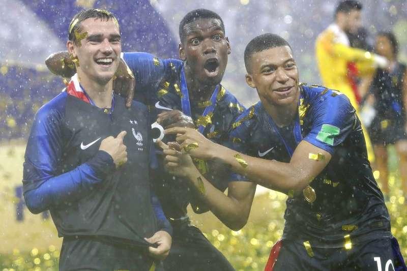 博格巴(中)與姆巴佩(右) ,因為法國奪冠身價都水漲船高。(美聯社)