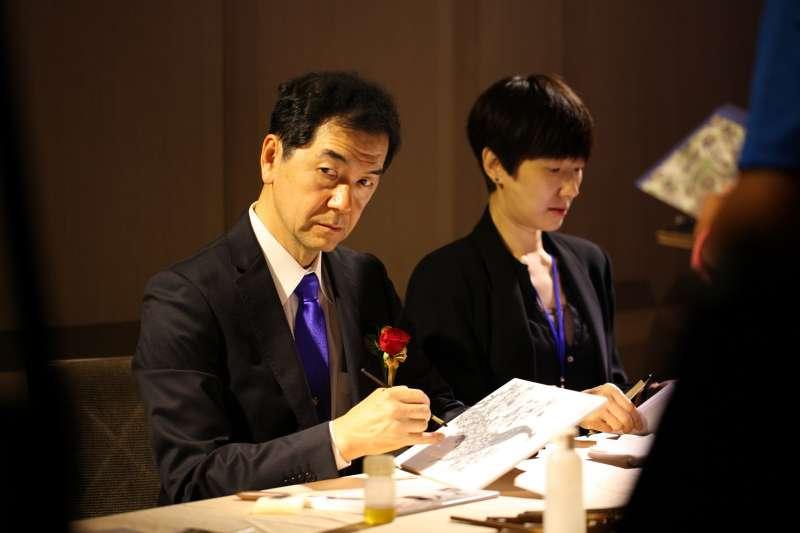 日本大倉陶園首席設計師濱島俊司親臨自示範手繪技法。(圖/龍巖提供)