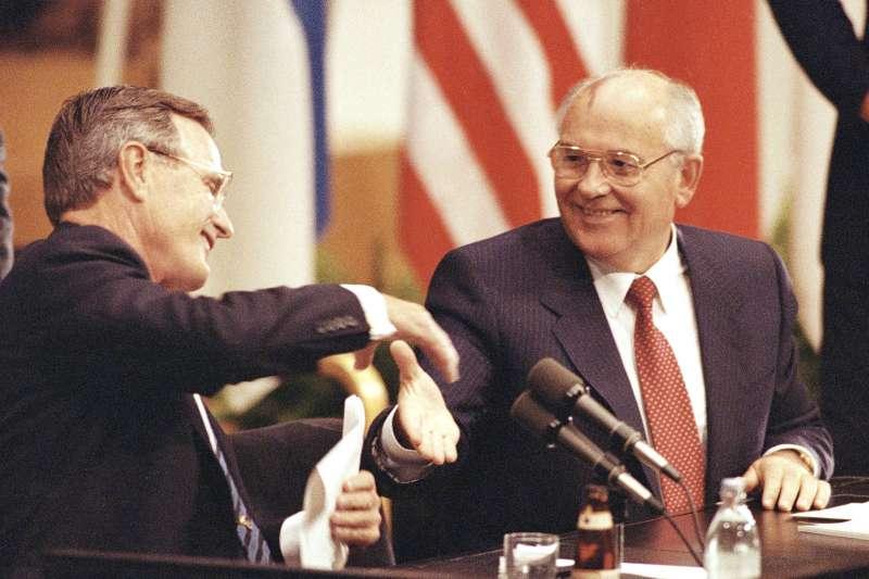 1990年9月,美國總統老布希和時任蘇聯總統的戈巴契夫在赫爾辛基舉行會談,討論伊拉克入侵科威特問題。(美聯社)