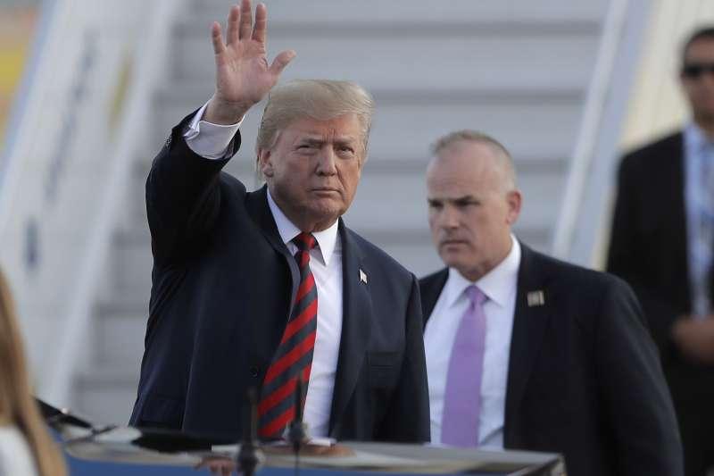 美國總統川普抵達芬蘭首都赫爾辛基。(美聯社)