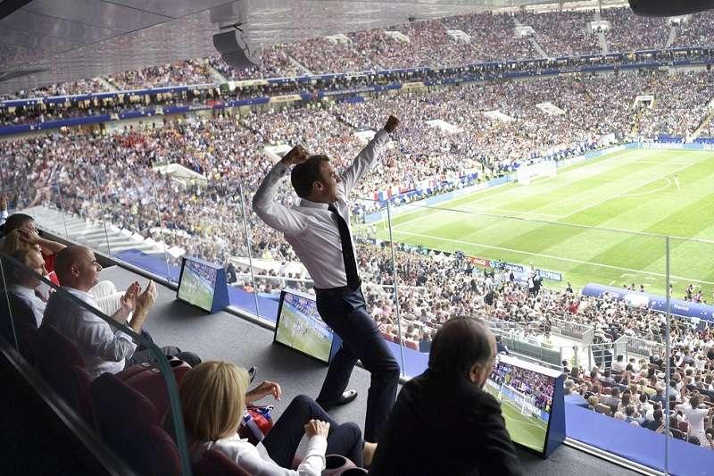 法國總統馬克宏(站立者)看球之激動,連俄羅斯總統普京(左下)看了也是三條線。(美聯社)
