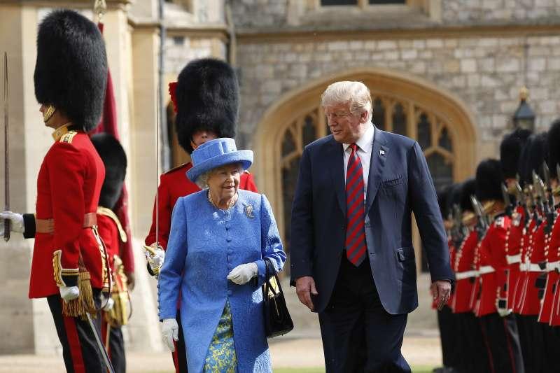 美國總統川普(右)與英國女王共同閱兵(美聯社)