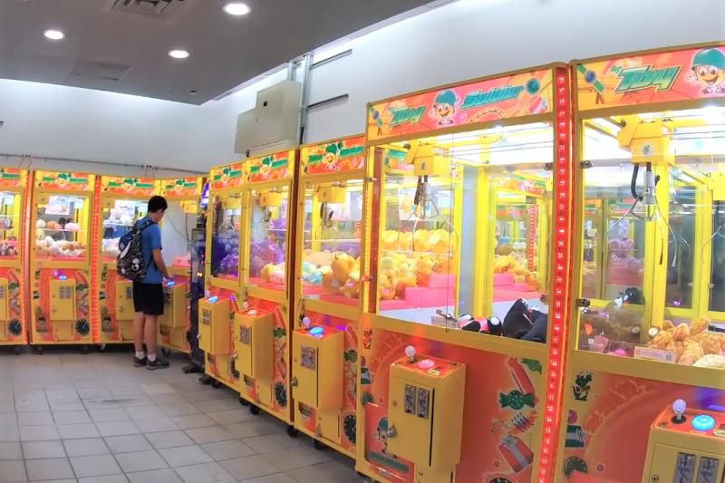 近幾個月台灣夾娃娃機店暴增,連中國媒體也注意到了!(圖/取自youtube)