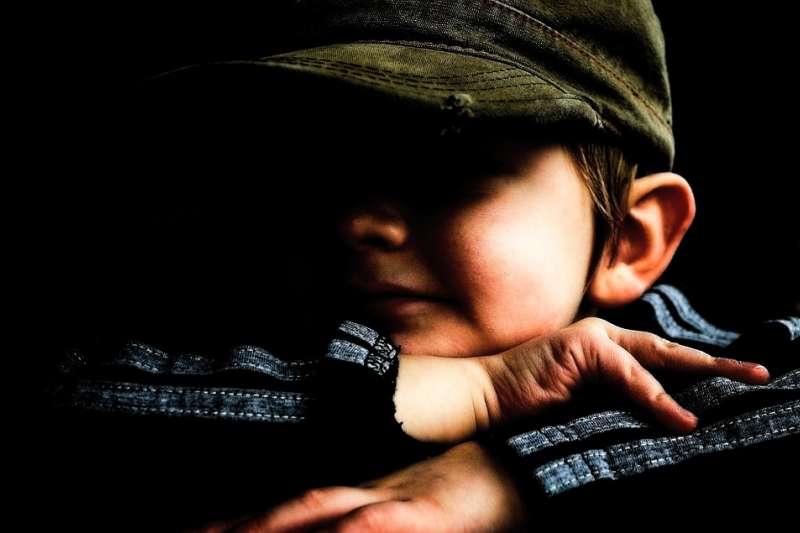 孩子無法理解成人投鼠忌器的為難,只知道在他受到傷害時,沒有人出來保護他。(示意圖/@pixabay)
