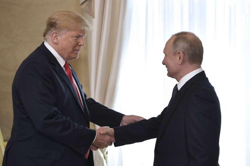 美國總統川普(左)與俄羅斯總統普京在芬蘭首都赫爾辛基舉行高峰會(美聯社)