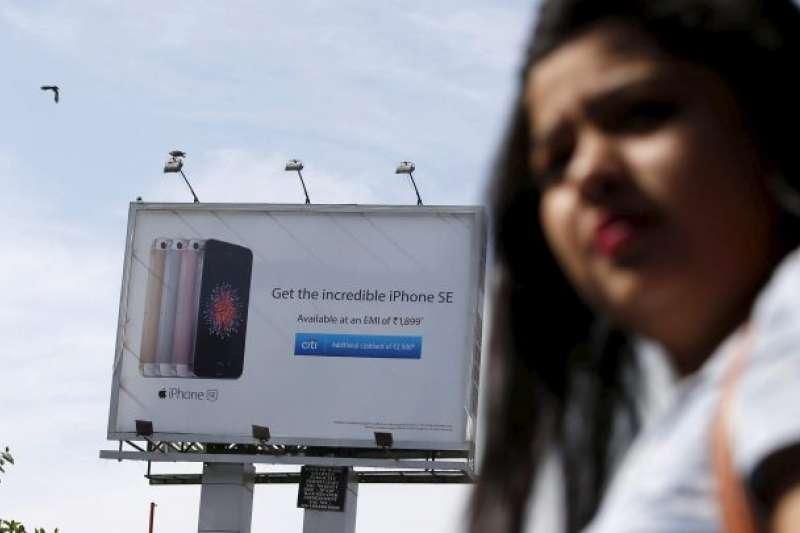 在全球第二大智慧型手機市場,蘋果卻大慘敗,賣不出100萬台iPhone。究竟是甚麼原因,讓蘋果怎樣都打不進印度市場呢?(圖/Reuters/Shailesh Andrade,愛范兒提供)