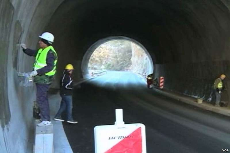 中國工人在蒙特的隧道裡工作。(美國之音)