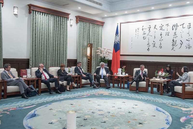 總統蔡英文接見「歐洲議會跨黨團議員團」。(取自總統府)