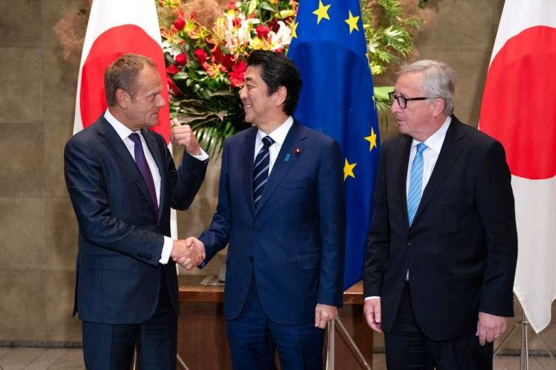 2018年7月17日,歐洲理事會主席圖斯克(左)、日本首相安倍晉三(中)、歐盟執委會主席容克(右),一同在東京簽署歐盟、日本經濟夥伴關係協定。(AP)