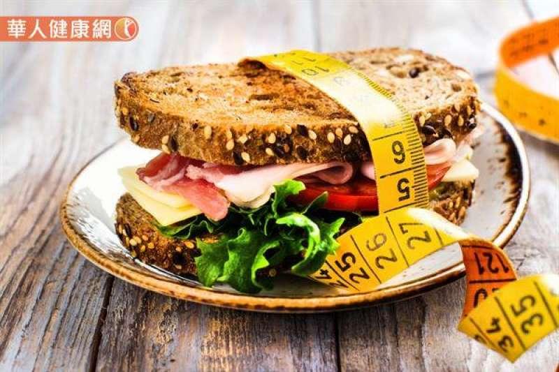 每一口食物多嚼幾次再吞下肚,延長用餐時間,可以避免攝取過多的食物而導致肥胖。(圖/華人健康網提供)
