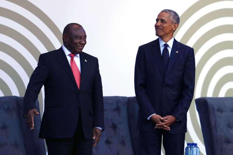 2018年7月17日,美國前總統歐巴馬(右)與南非總統拉馬ˋ福薩(左)出席曼德拉百歲冥誕紀念典禮。(AP)