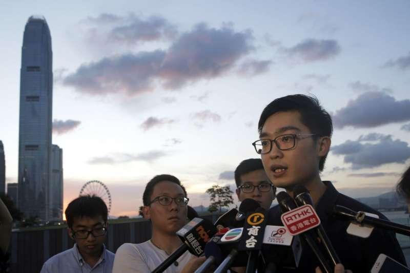 2016年7月26日,香港民族黨召集人陳浩天對媒體講話。(美國之音)