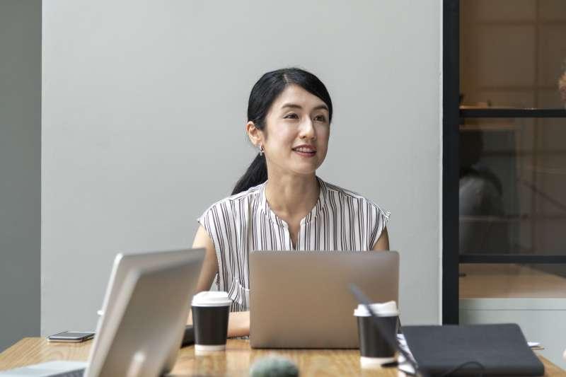 職場上用中文說拜託你了,通常在請求別人的協助、把事情託付給別人,但換成英文記得別說成please you,因為please+人意思是取悅某人。(圖/pxhere)