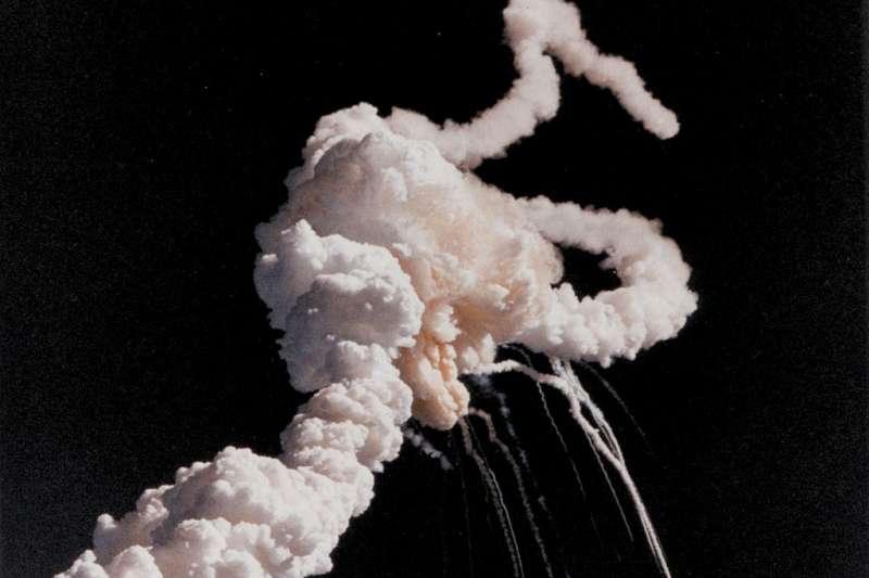 1986年1月28日,挑戰者號太空梭由於發射時右側的太空梭固體推進器的O型環碎裂,在發射後第73秒時解體並導致參與STS-51-L任務的所有7名成員罹難。(資料照,取自維基)