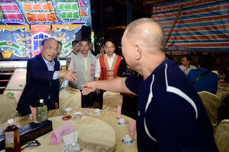 蘇貞昌(左一)說,若當選新北市長,警察繁重勤務加給只會增加、不會減少。(蘇貞昌辦公室提供)