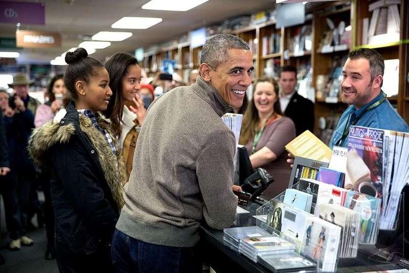 從小就熱愛閱讀的歐巴馬,書本是他兒時流離孤單的旅程中一路相隨的好友,給予徬徨的他指引與陪伴。沉浸在書堆中的他,公開了他的私藏書單!(圖/取自 obamawhitehouse)