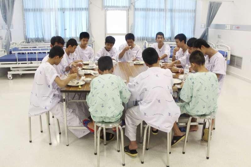 泰國野豬隊12名足球小將和教練全數獲救,今天出院。(美聯社)
