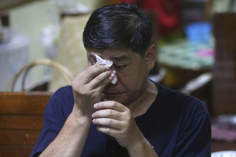 泰國野豬隊足球小將受困洞穴10天,家人都很擔心。(美聯社)