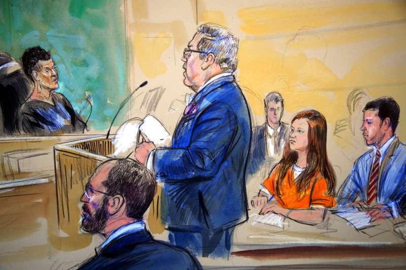 2018年7月18日,穿著囚衣的俄羅斯女子布提納(Maria Butina,右)參與法庭,他被控為俄國間諜。(AP)